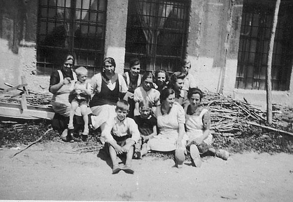 Lavoratori e lavoratrici della Macera/ Masera di Meano. Si riconoscono Maria MArchi Santuari (prima a sinistra), e Giuseppina Pigagnelli (terza da sinistra), Anni '30 del '900.  Da Silvana Michelin.