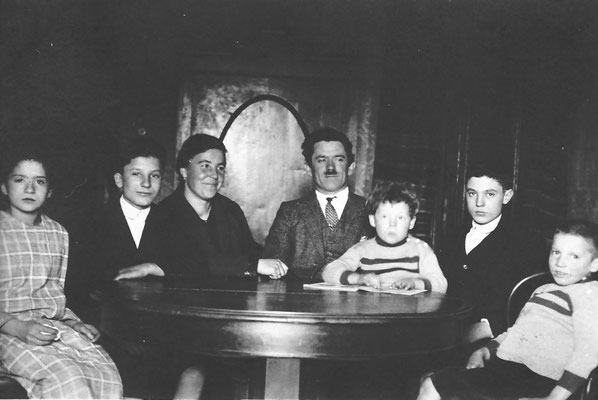 Famiglia Stenico, In ordine: Maria,  Amelia e Rocco Stenico (sposati in seconde nozze), il piccolo Camillo Stenico, Guglielmo, Edoardo. 1920 circa. Da Famiglia Stenico