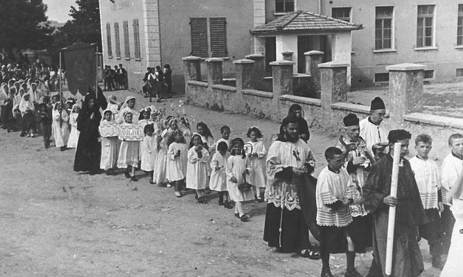 15.08.1944: processione dell'Assunta a Vigo Meano. Piazza delle scuole.