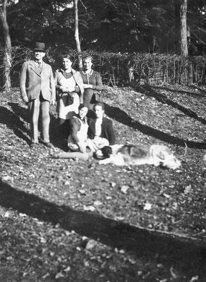 Cavaliere Camillo Oss Mazzurana, Amelia Stenico, altre persone, cane Tom. Camparta, 1937 - 1939 - 1942. Da Loredana Saltori da Camillo Stenico.