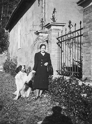 Villa Oss Mazzurana, chiesa, signora ignota, cane Tom, 1938. Da Loredana Saltori da Camillo Stenico.