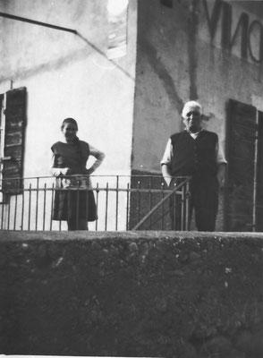"""Esterno osteria """"Bastian"""". Da sinistra: Silvana Tomasi (figlia) e Sebastiano Tomasi, anni '60. Da Silvana Michelin"""
