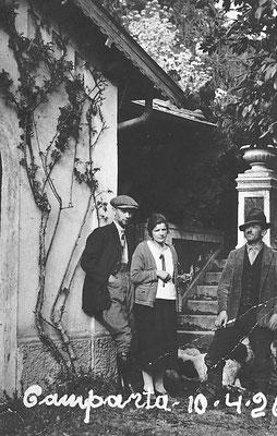 Anno 1926. Cavaliere Camillo Oss Mazzurana proprietario della tenuta agricola e residenza estiva (risiedeva normalmente a Trento) parente di Paolo Oss Mazzurana. A destra Rocco Stenico.