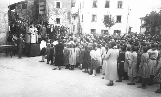 Vigo Meano, 1933. Comizio politico. Sulla sinistra il maestro Leonardi, sullo sfondo la casa di Silvio Bortolotti (sede attuale della famiglia cooperativa). Da Adriano Bortolotti