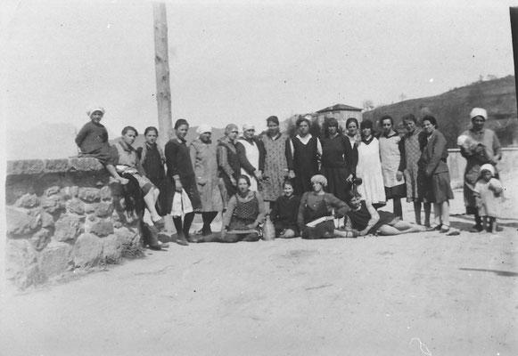 Gruppo grande di lavoratrici della Macera/ Masera di Meano, anni '30. Da Mirko Saltori.