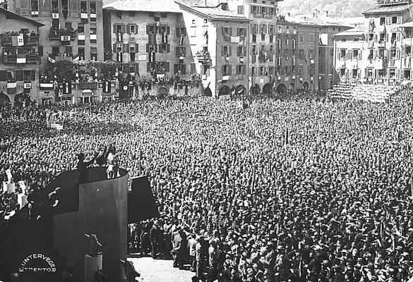 Piazza Duomo a Trento, anni '30