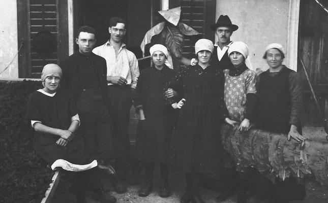 Lavoratori e lavoratrici della Macera/ Masera di Meano. Si riconoscono Maria MArchi Santuari (prima a sinistra), e Giuseppina Pigagnelli (terza da sinistra),  1924.