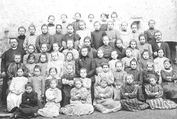 Alunne della Scuola Elementare femminile di Meano, con don Frasnelli e maestra Andreatta, Anno 1914/15. Da Ezio Clementi