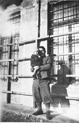 Padre con bambino fuori dalla Macera/ Masera di Meano.