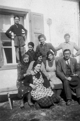 Gruppo di persone (filanda di Lavis?), 1939. Da Mirko Saltori da Rosina Pilati.