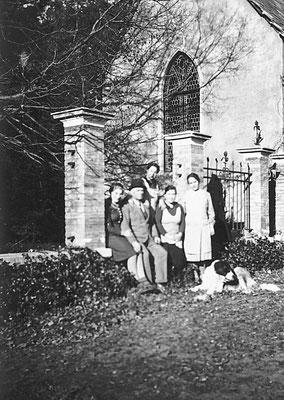 Villa Oss Mazzurana, chiesa, Cavaliere Camillo Oss Mazzurana, Amelia Stenico, e altre persone. La bellissima Camparta ai tempi d'oro, 1939. Da  Loredana Saltori da Camillo Stenico.