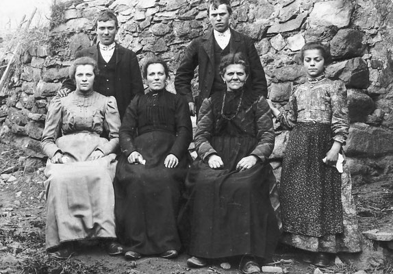 Famiglia Saltori (da sinistra: Maria, Genoveffa, Prassede Pisetta, Battista detto Tita, Giuseppina), 1911. Da Ivana Saltori da Clementina Taparelli