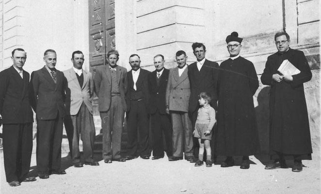 Da sinistra: Giacomo Pisetta, Quirino (o Bortolo?) Bortolotti, Lino Bortolotti, Quinto Vitti, Giuseppe Patton, Don Gilli, Don Marino, Bruno Bortolotti, Alfonso Pisetta, Alfonso Facchini