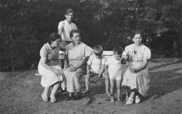 Villa Oss Mazzurana, giardino, gruppo di persone. Edoardo Stenico, Amelia Stenico, due signore e due bambini, 1936. Da Loredana Saltori da Camillo Stenico