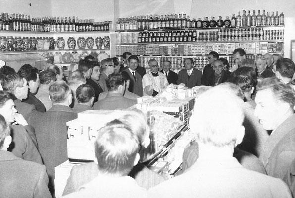 1962. Inaugurazione del punto vendita della Famiglia Cooperativa a Vigo Meano, con Don Giuseppe Jobstreibizer. Da sx: Tullio Vitti, Silvio Bortolotti (capo frazione), Renzo Bortolotti, Cornelio Betta,  Filanda, Caterina in Saltori. Da Silvano Franceschini