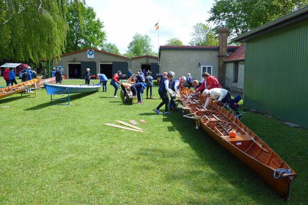 Dann werden die Boote geputzt.