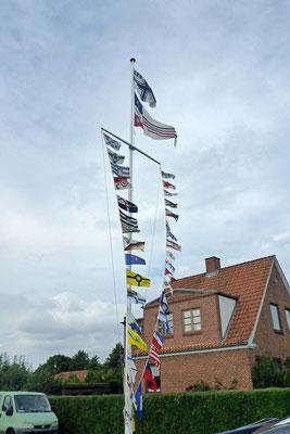Die Flaggen sind gehisst.