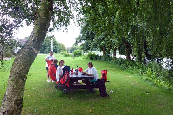 Flüssiges Picknick am Ufer.
