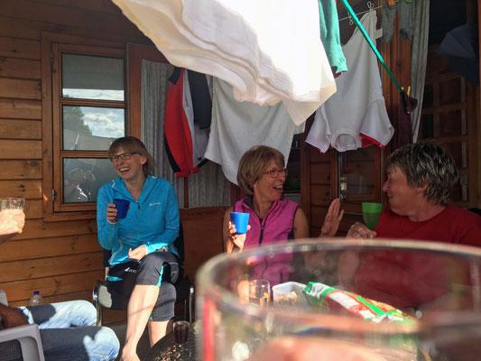 Darunter sitzen wir mit Heidi und Guntara.