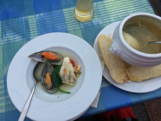 Ich esse leckere Fischsuppe.