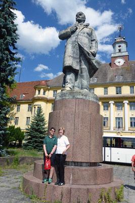 Wir Ost-West-Ruderfreundinnen unter Lenin (der guckt übrigens nach Westen!)