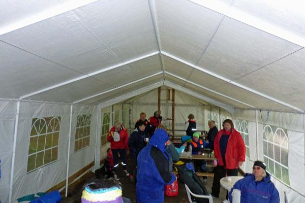 in ein großes Zelt.