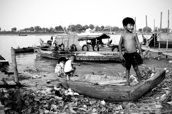Bambini giocano felici fuori dalla loro casa galleggiante a Kompoung Chhnan_Cambogia 2015