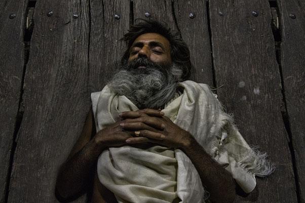 """""""He's not die, he's just sleeping!"""" Varanasi _ India 2016"""