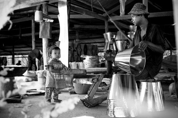 Uomo lavora la terracotta_Cambogia 2015