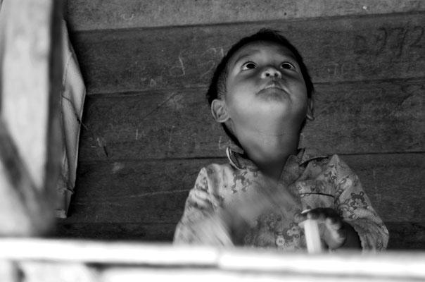 Bambino nel villaggio rurale di Thmey Village nel monte sacra Phnom Kulen_Cambogia 2015