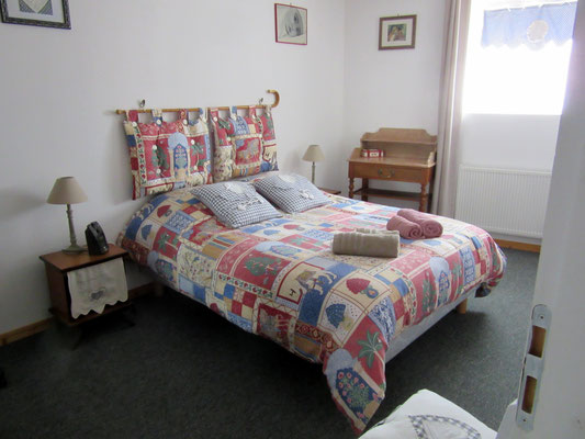 Chambre lit double - Location de vacances - La grange à foin