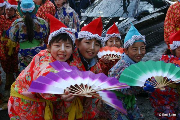 *八戸の祭り「えんぶり」の衣装を着た子どもたち