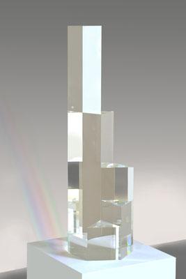 "Hellmut Bruch, ""Prismenprogression"", 2003, Farbloses Acrylglas, Höhe 89 cm, Foto: Courtesy Galerie Renate Bender, München"