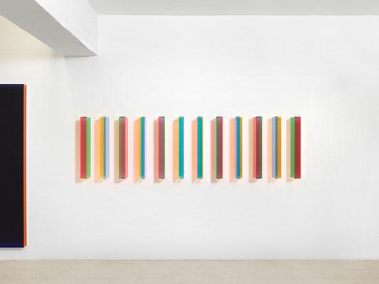 """Regine Schumann, """"color satin and transparent karlsruhe"""", 2016, Acrylglas, fluoreszierend, 12-teilig, je 70 x 7 x 15 cm, Tageslichtansicht, Foto: Courtesy Galerie Renate Bender, München"""