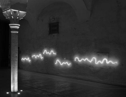 "Jan van Munster, ""Ratio"", 2008/2014, Black and transparent glass; argon red; transformers, 800 cm. International Light Art Centre Unna (DEU), Foto: Wolfgang Lukowski"