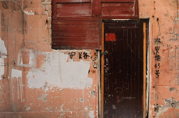 Kirk Pedersen, Doorway Shanghai, 2007, Photograph, 37 x 55,8 inches, Courtesy: the artist.