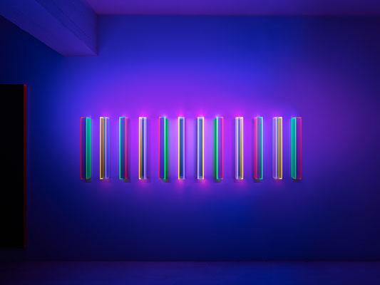 """Regine Schumann, """"color satin and transparent karlsruhe"""", 2016, Acrylglas, fluoreszierend, 12-teilig, je 70 x 7 x 15 cm, Schwarzlichtansicht"""