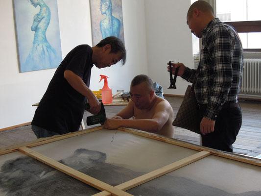 Ausstellungsaufbau mit Tae-Jun Kim, Feng Bin und Bai Long