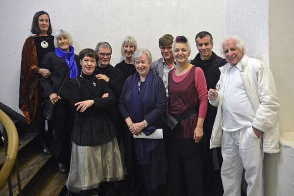Gruppenfoto der anwesenden Künstler, Galeristin Renate Bender und Elisabeth Claus vom NKV