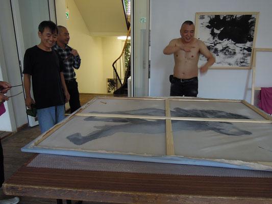 Ausstellungsaufbau mit Tae-Jun Kim, Bai Long und Feng Bin