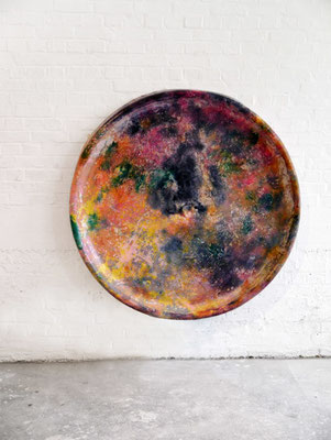Emilia Neumann, o.T. (disk), 2016, Gips + Pigment