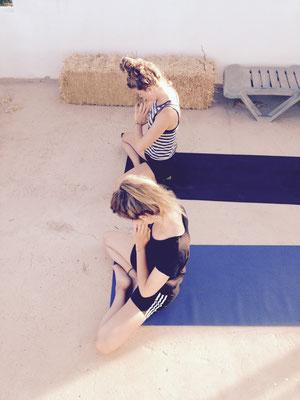 Namaste auf der Yogaterrasse