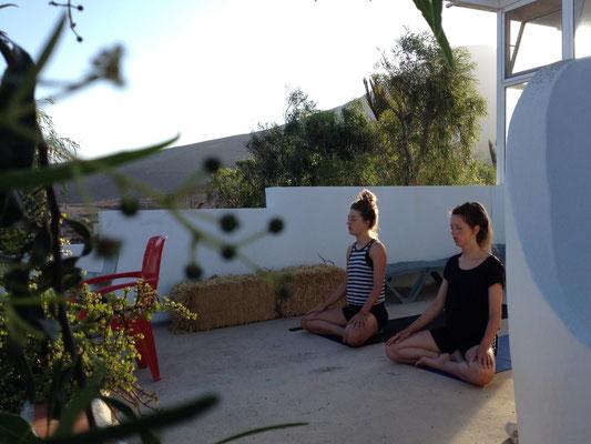 Yoga auf der Terasse