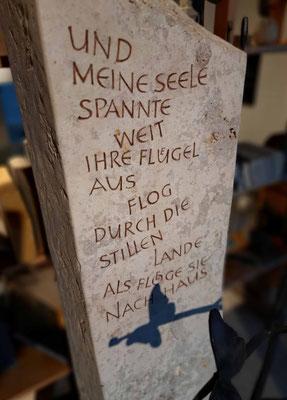 Grabstein aus Jura-Kalkstein.