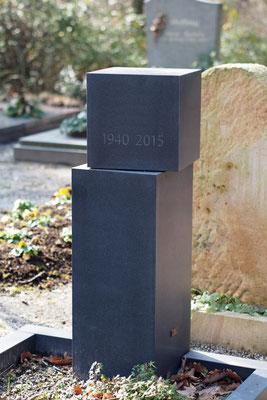 Schwarzer Basalt aus Schweden, aus einem Stück gefertigt. Allseits matt geschliffen mit vertiefter ungetönter Inschrift.