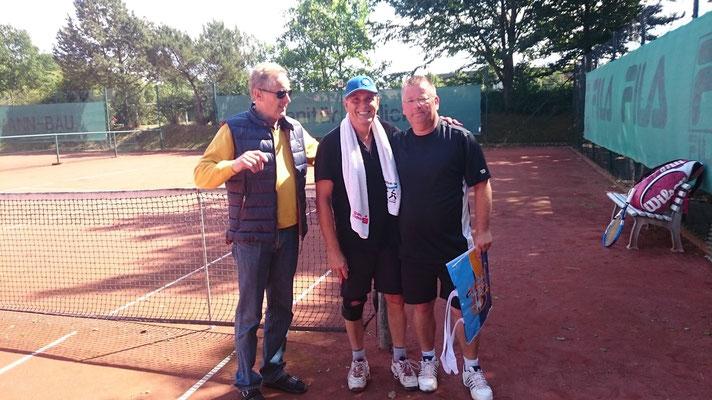 Endspiel Herren-50/60 H. Wildfang(mitte) - Joachim Weiss(rechts) 2:6 2:6