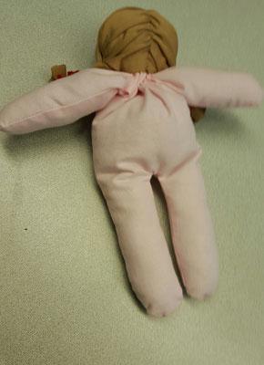 Die Puppe ist schon teilweise genäht - Ansicht von hinten: Haare aus Jersey