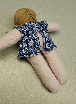 Angezogene Puppe von hinten