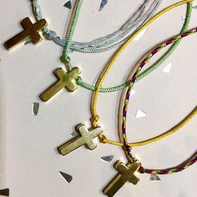 Bracelets petite croix doré fantaisie sur fil de jade ajustable 10€ l'unité