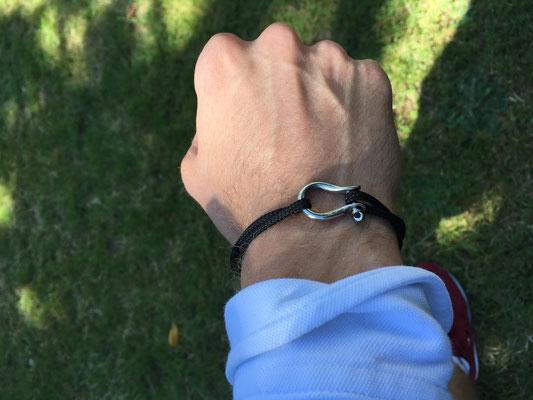Bracelet marin masculin porté : modèle manille argenté sur cordon marine réglable 12 € l'unité